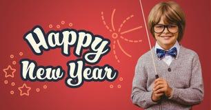 Lächelnder Junge mit dem Stock, der gegen guten Rutsch ins Neue Jahr-Gruß steht, zitiert lizenzfreies stockfoto