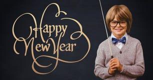 Lächelnder Junge mit dem Stock, der nahe bei guten Rutsch ins Neue Jahr steht, wünscht Lizenzfreie Stockbilder