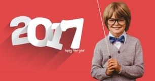 Lächelnder Junge mit dem Stock, der nahe bei Mitteilung 2017 steht stockbilder