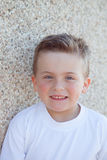 Lächelnder Junge mit den blauen Augen, die Kamera betrachten Lizenzfreies Stockbild