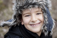 Lächelnder Junge mit einem Hut. Lizenzfreie Stockfotos