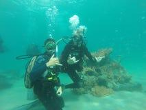 Lächelnder Junge mit Schablone und Unterwasseratemgerät Stockfotos