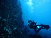 Lächelnder Junge mit Schablone und Unterwasseratemgerät Stockfotografie