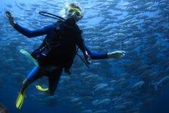 Lächelnder Junge mit Schablone und Unterwasseratemgerät stockfoto