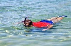 Lächelnder Junge mit Schablone und Unterwasseratemgerät Stockbild