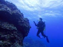 Lächelnder Junge mit Schablone und Unterwasseratemgerät Lizenzfreies Stockbild