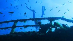 Lächelnder Junge mit Schablone und Unterwasseratemgerät Versunkene Lieferung Stockfotografie