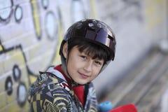 Lächelnder Junge mit Skateboard Stockfoto