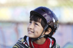 Lächelnder Junge mit Skateboardsturzhelm Lizenzfreie Stockfotografie