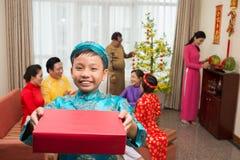 Lächelnder Junge mit Tet-Geschenk stockfotografie