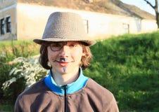 Lächelnder Junge mit Zeichnungen auf Gesicht Lizenzfreie Stockfotos