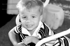 Lächelnder Junge in Schwarzweiss Stockfoto