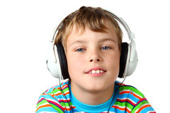Lächelnder Junge und Kopfhörer, die Musik hören stockbild