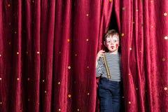 Lächelnder Junge ungeduldig für seine Leistung Stockfotografie