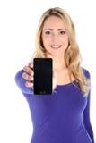 Lächelnder junger blonder Frauen-Holding-Handy Lizenzfreies Stockfoto