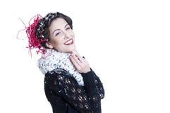 Lächelnder junger Brunette mit Weihnachtsverfassung Stockfotos