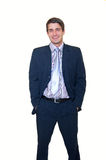 Lächelnder junger Geschäftsmann mit den Händen in den Taschen lizenzfreie stockbilder