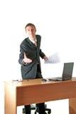 Lächelnder junger Geschäftsmanngruß, Arbeitsplatz Stockfotos
