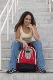 Lächelnder junger Latina-Kursteilnehmer mit Rucksack auf Treppen Lizenzfreie Stockfotos