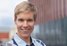 Lächelnder junger Mann Stockbilder