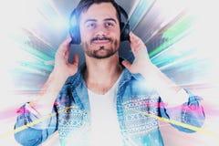 Lächelnder junger Mann in den Kopfhörern, Zusammenfassung stockfotografie