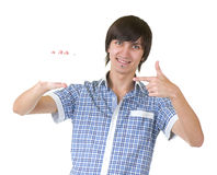 Lächelnder junger Mann, der weißes Zeichen anhält stockfotografie
