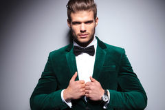 Lächelnder junger Mann in einem eleganten Samtanzug Lizenzfreies Stockfoto