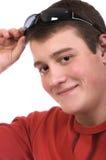 Lächelnder junger Mann mit Sonnenbrillen Lizenzfreie Stockfotos