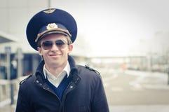 Lächelnder junger Pilot im Kastrup Flughafen Stockfoto