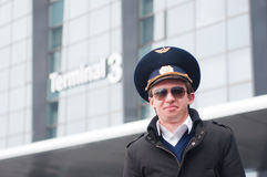 Lächelnder junger Pilot im Kastrup Flughafen gegen ter Lizenzfreie Stockbilder