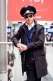 Lächelnder junger Pilot im Kastrup Flughafen im Terminal Lizenzfreie Stockfotos