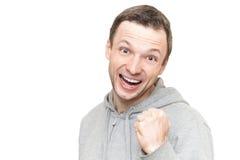 Lächelnder kaukasischer Mann in der grauen Sportjacke Stockbild