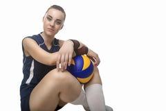 Lächelnder kaukasischer professioneller weiblicher Volleyball-Spieler ausgerüstet stockfotos