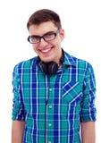 Lächelnder Kerl mit Kopfhörern auf Hals Lizenzfreies Stockfoto