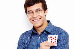 Lächelnder Kerl mit Spielkarten Stockfotografie