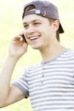 Lächelnder Kerl mit Telefon stockfotos