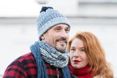 Lächelnder Kerl und unhöfliche Haarfrauen Porträt von reizenden gealterten Paaren in der Stadt Styled alterte Paare mag Winter Lizenzfreie Stockfotos