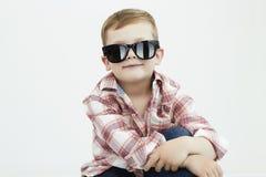 Lächelnder Kindjunge in den Sonnenbrillen Lizenzfreie Stockbilder