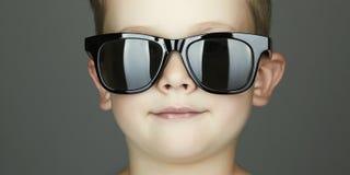 Lächelnder Kindjunge in den Sonnenbrillen Stockfotografie