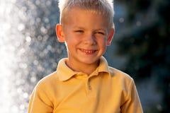 Lächelnder kleiner blonder Junge Lizenzfreie Stockbilder