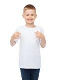 Lächelnder kleiner Junge im leeren weißen T-Shirt stockfotografie