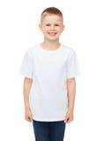 Lächelnder kleiner Junge im weißen leeren T-Shirt lizenzfreie stockfotos