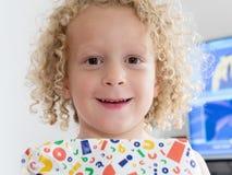 Lächelnder kleiner Junge mit einem Geschenk Stockfoto