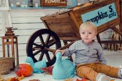 Lächelnder kleiner Junge mit Kürbisen Stockfotos