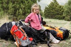 Lächelnder kleiner Wanderer auf einem Rest Lizenzfreies Stockbild