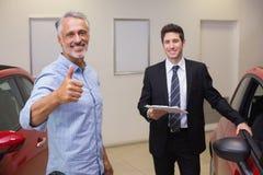 Lächelnder Kunde, der Daumen aufgibt Lizenzfreie Stockfotos