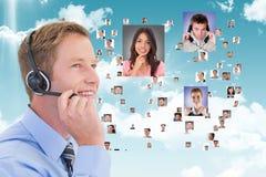 Lächelnder Kundenassistent, der Fliegenporträts von Geschäftsleuten betrachtet Stockfotografie