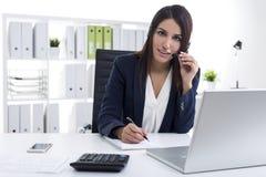 Lächelnder Kundenbetreuungs-Abteilungs-Angestellter Stockbilder