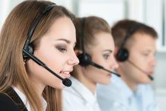 Lächelnder Kundenbetreuungsbetreiber bei der Arbeit Stockbild