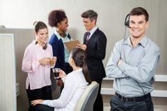 Lächelnder Kundendienstmitarbeiter Standing Stockfotografie